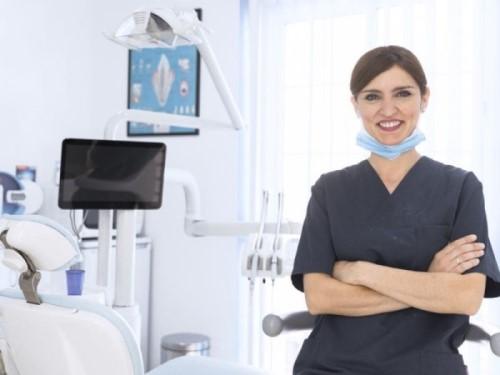 stomatolog w gabinecie dentystycznym Toruń